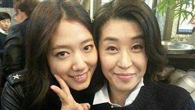 金美京(左)曾在《繼承者們》飾演朴信惠(右)的媽媽(圖/翻攝自金美京Instagram)