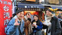 台灣雞排東京熱賣日本東京著名景點淺草寺旁近期有商家推出新商品「台灣雞排」,生意相當好。店家表示,目前試賣階段並未每天營業,但仍熱銷一空,20日起將天天販售。中央社記者楊明珠東京攝 107年1月3日