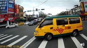娃娃車當街違規迴轉險被撞 網批:不顧孩子安全嗎 圖/翻攝自宜蘭知識+