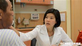 台北慈濟醫院耳鼻喉科醫師許瑛倢提醒,口腔潰瘍是口腔癌初期的重要症狀,若是嘴破超過2週就應提高警覺,超過1個月應盡速就醫檢查。(圖/台北慈濟醫院提供)