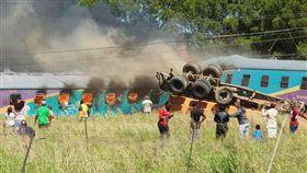 南非,鐵路意外,火車遭卡車衝撞(圖/翻攝自推特)