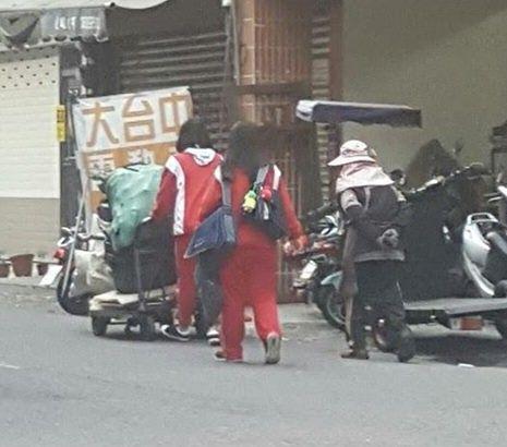 台中大里立新國中2女學生幫婆婆推資源回收車/大里人聊天室臉書
