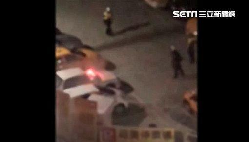 新北市新莊區今天凌晨2時許,位於福美街與福德二路口,發生一起砸車事件,甚至還丟擲信號彈引發汽車火警,所幸火勢及時被消防隊員撲滅。警方偵辦時還誤以為是同件刑案,經調閱監視器畫面清查,才發現是當時砸車聲音太過吵雜,引起一旁大樓住戶情緒失控,點燃信號彈直往樓下丟,目前已找到丟擲信號彈的陳姓女住戶,訊後將依公共危險偵辦。至於砸車的嫌犯以及被砸的車主,由於尚未到案,尚無法釐清原因。