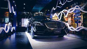 「ENERGIZING 舒活套件」在不同模式下,透過座艙內顏色、聲音、燈光或是氣味上的變化,能有效提振精神或是放鬆,甚至提升情緒安定感。(圖/Mercedes-Benz提供)