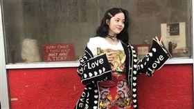 17歲的歐陽娜娜首度首度登上《VOGUE》封面。(圖/翻攝自《VOGUE》)