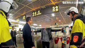 林男在捷運台電大樓站出站閘門前,向站務人員聲稱攜帶爆裂物,希望通知記者前來,警方獲報趕抵現場,將他壓制逮捕後帶回偵訊,全案依違反捷運法送辦(翻攝畫面)