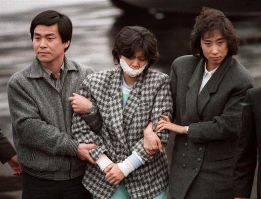 ▲金賢姬當時被逮捕畫面。(圖/翻攝微博)