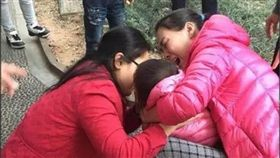 女童窒息 女醫「口對口吸痰」吃入嘔吐物…持續猛吸不停! 圖/廣州日報