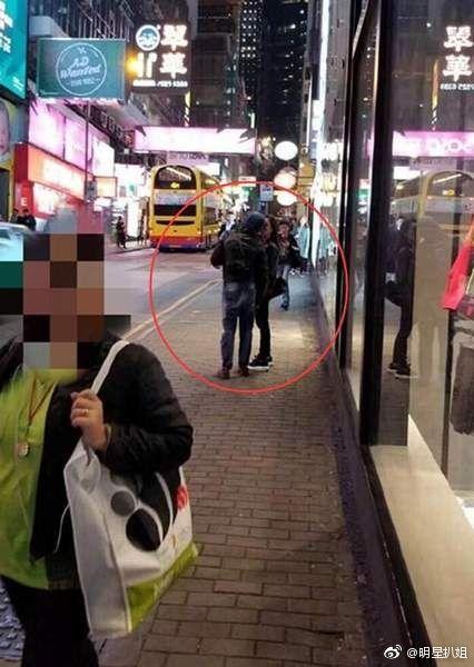 ▲郭富城街上吻方媛。(圖/翻攝自微博)