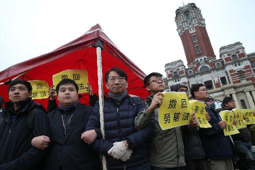 時力立委總統府前抗議為反對勞基法修法,時代力量立委徐永明(中)等人6日上午持續在總統府前抗議。中央社記者吳家昇攝 107年1月6日