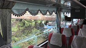 國光客運,乘客,受傷,日本籍,道路,基隆,鐵架,車窗,肩膀 圖。/翻攝畫面