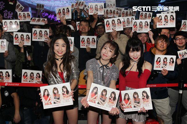 女子團體伊梓帆寫真集簽名會,粉絲熱情站台。(記者邱榮吉/攝影)