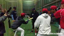 ▲中信兄弟釋出選手張正偉在YY棒球營指導短打。(圖/記者蕭保祥攝)