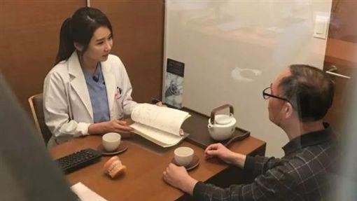 ▲現年50歲的李秀珍,現在是一間牙醫診所的所長。(圖/翻攝自IG)