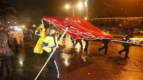 時力府前抗議遭警拆帳篷(3)時代力量立委在總統府前禁食抗議勞基法修法已逾24小時,7日凌晨警方強拆帳篷,預備下一波驅離動作。中央社記者徐肇昌攝 107年1月7日