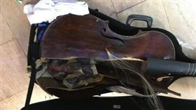 17世紀的古提琴在託運過程中,嚴重毀損。(圖/翻攝Myrna Herzog臉書)