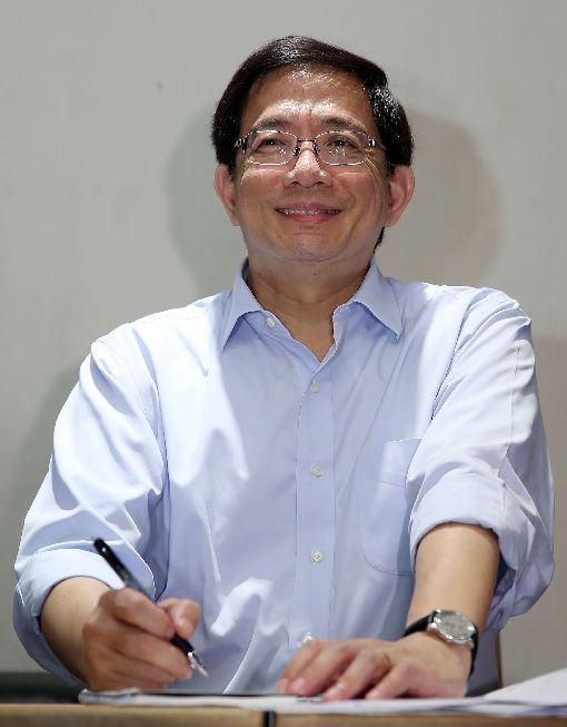 獲知當選台大校長 管中閔笑稱眼珠掉下來台灣大學校長當選人管中閔7日與媒體茶敘時坦言,不覺得自己會當選;被問及接獲當選通知的心情,開完眼睛手術不久的他笑說,「眼珠子都掉下來」。中央社記者鄭傑文攝 107年1月7日