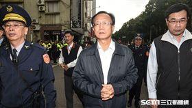 反對勞基法修惡,勞團與警察於立法院群賢樓外發生推擠,台北市警察局長陳嘉昌前往現場了解狀況。 圖/記者林敬旻攝