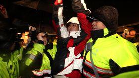 黃國昌高舉雙手時代力量立委在總統府前禁食抗議勞基法修法,警方8日凌晨強制拆除帳篷,時力立委黃國昌(前右2)在警方戒護下離開總統府前,高舉雙手。中央社記者張皓安攝 107年1月8日