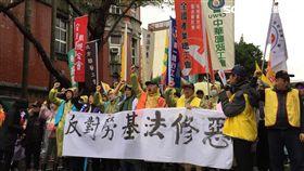 眾勞團抗議高呼口號!警方強力戒備管制