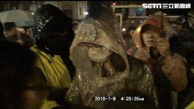 警方凌晨勸離時代力量立委黃國昌、徐永明、洪慈庸等人,凱道在上班時間前恢復通車(翻攝畫面)