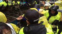 抗議修法!棚架車進入被警方阻止 現場爆發推擠