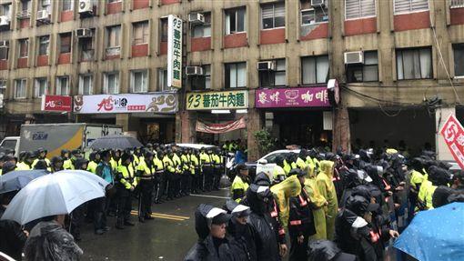 現場警力也開始增援,出動了兩個分隊的警力約80人