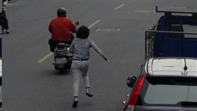 高雄鳳山發生飛車搶包案,婦人一路喊「搶劫」追了兩個巷口,警2小時逮到人。(圖/翻攝畫面)