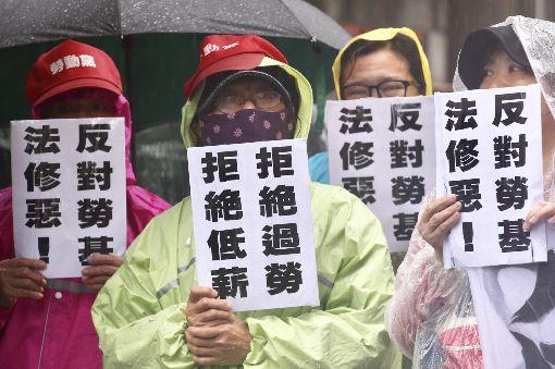 勞團立院外抗議(2)立法院8日協商勞基法修正草案,勞團在立法院外抗議,喊出「拒絕過勞、拒絕低薪」的口號,反對勞基法修法。中央社記者吳翊寧攝  107年1月8日