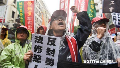 反對勞基法修正草案,修惡,勞工團體冒雨於立法院外繞行抗議。 圖/記者林敬旻攝