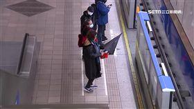 就是要撐傘!不甩勸阻 男捷運站內