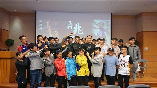 ▲鄭兆村、黃士峰在高雄座談會與運動迷分享訓練經驗。(圖/高雄市政府提供)