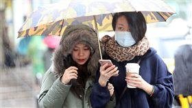 寒流來襲  注意保暖中央氣象局預報,入冬首波寒流8日下午逐漸南下,氣溫由北往南開始下降,愈晚愈冷,9至12日,台南以北清晨及夜晚低溫下探攝氏8至10度,空曠地區不排除降至7度。中央社記者鄭傑文攝 107年1月8日