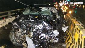 BMW大7自撞護欄全毀…駕駛竟是治平角頭 慘遭夾車內亡 翻攝畫面