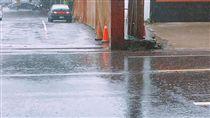 下雨不想下車 奧客「按喇叭」買咖啡 圖/翻攝自爆怨公社