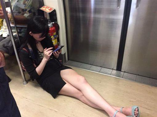 正妹搭捷運露「神級美腿」 這次卻被罵翻翻攝爆廢公社