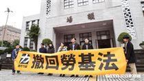 反對修惡勞基法,時代力量立委於議場外拉布條標語抗議。 圖/記者林敬旻攝