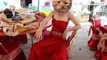 新娘禮服超糗 網友歪樓驚見「傳說中的霸氣姊」  圖/翻攝自《爆廢公社》