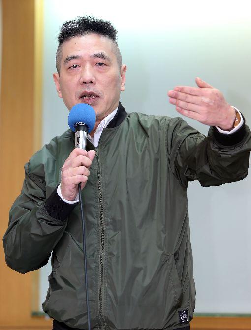 M503爭議 無法辨識民航機或軍機兩岸政策協會9日在台大校友會館舉辦「M503爭議:兩岸互動與區域安全」座談會,淡江大學整合戰略科技中心執行長蘇紫雲表示,對台灣最大衝擊是很難完全辨識是民航機或軍機,台灣在安全防衛上要付出更大成本去辨識是否有威脅性,壓縮防空反應時間。中央社記者鄭傑文攝 107年1月9日