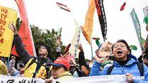 反對民進黨政府修惡勞基法,勞工團體聚集凱道丟拖鞋抗議蔡英文。 圖/記者林敬旻攝
