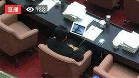 網友抓包綠委在議場「看片」 林俊憲:我會吉你,我一定吉 圖/翻攝自PTT https://www.ptt.cc/bbs/Gossiping/M.1515480188.A.3C3.html