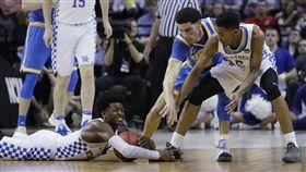 ▲去年NCAA比賽,FOX(倒地者)與Lonzo Ball。(圖/美聯社/達志影像)