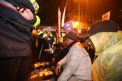 勞團持續繞行立法院(2)立法院臨時會院會9日處理勞動基準法部分條文修正草案,約下午2時30分進入逐條討論。晚間院外勞工團體繞行立法院,在鎮江街上與警方對峙,靜坐抗議。中央社記者吳家昇攝 107年1月9日