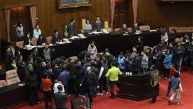 立院臨時會  立委排隊發言(1)立法院8日舉行臨時會,將協商勞基法修正草案,立委在開議前排隊登記發言。中央社記者裴禛攝  107年1月8日