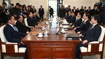 南北韓會談 雙方在板門店對坐南北韓會談9日上午在板門店南韓轄區「和平之家」舉行,南北韓各5人組成代表團隔著會談桌左(北韓)右(南韓)相對而坐。(南韓統一部提供)中央社記者姜遠珍首爾傳真 107年1月9日