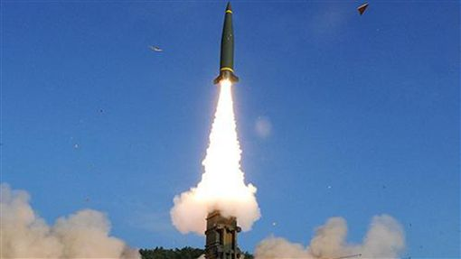 回應北韓挑釁  南韓展現先進陸上打擊武力北韓進行第6次核試,南韓軍方4日凌晨進行聯合飛彈演習,發射陸基「玄武-2A」彈道飛彈,完成精準打擊演練。圖為發射「玄武-2A」彈道飛彈的檔案照片。圖片來源:南韓國防部中央社 106年9月4日