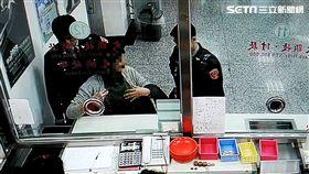 周婦前往台灣銀行板橋分行兌換5張千元鈔,卻被行員發現是偽鈔通報保七警員,周婦供稱是過世老公皮夾裡的錢,警方訊後仍將她依偽造有價證券罪送辦(翻攝畫面)