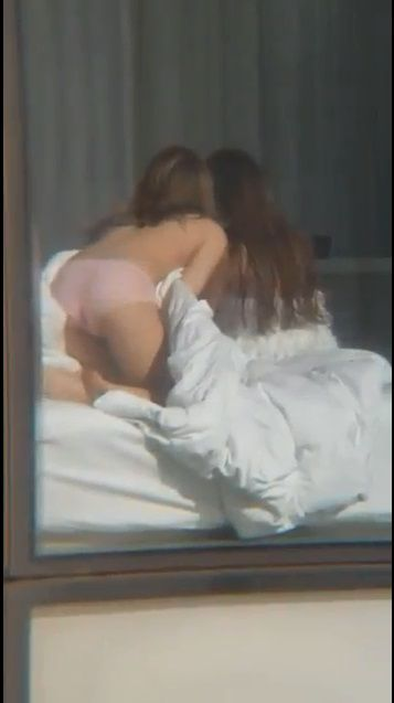 落地窗美景吸網紅拍照 「沒穿衣服搔首弄姿」鄰居視角曝光圖/翻攝自影片