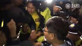 時代力量抗議勞基法,立委助理偷襲女警胸部(圖/翻攝自YouTube)