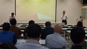 林耀本(右)在嘉義市警察局資訊科時幫學員上課情形。(翻攝自網路)